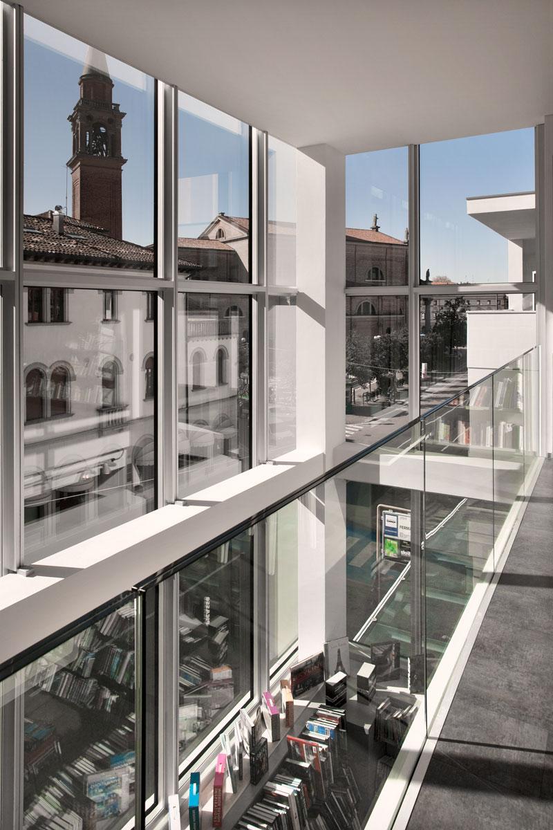 Due-edifici-una-piazza-pubblica-02